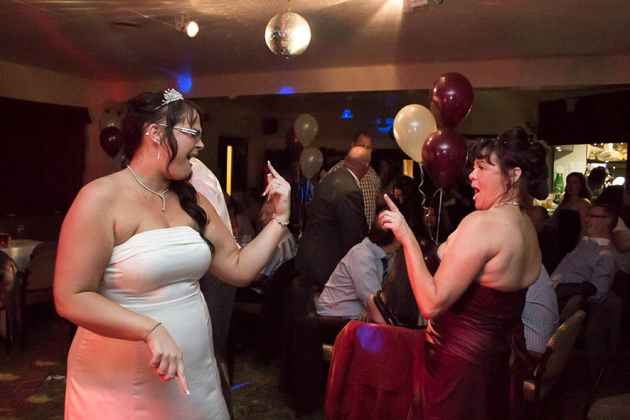 bride dancing and signing with her daughter